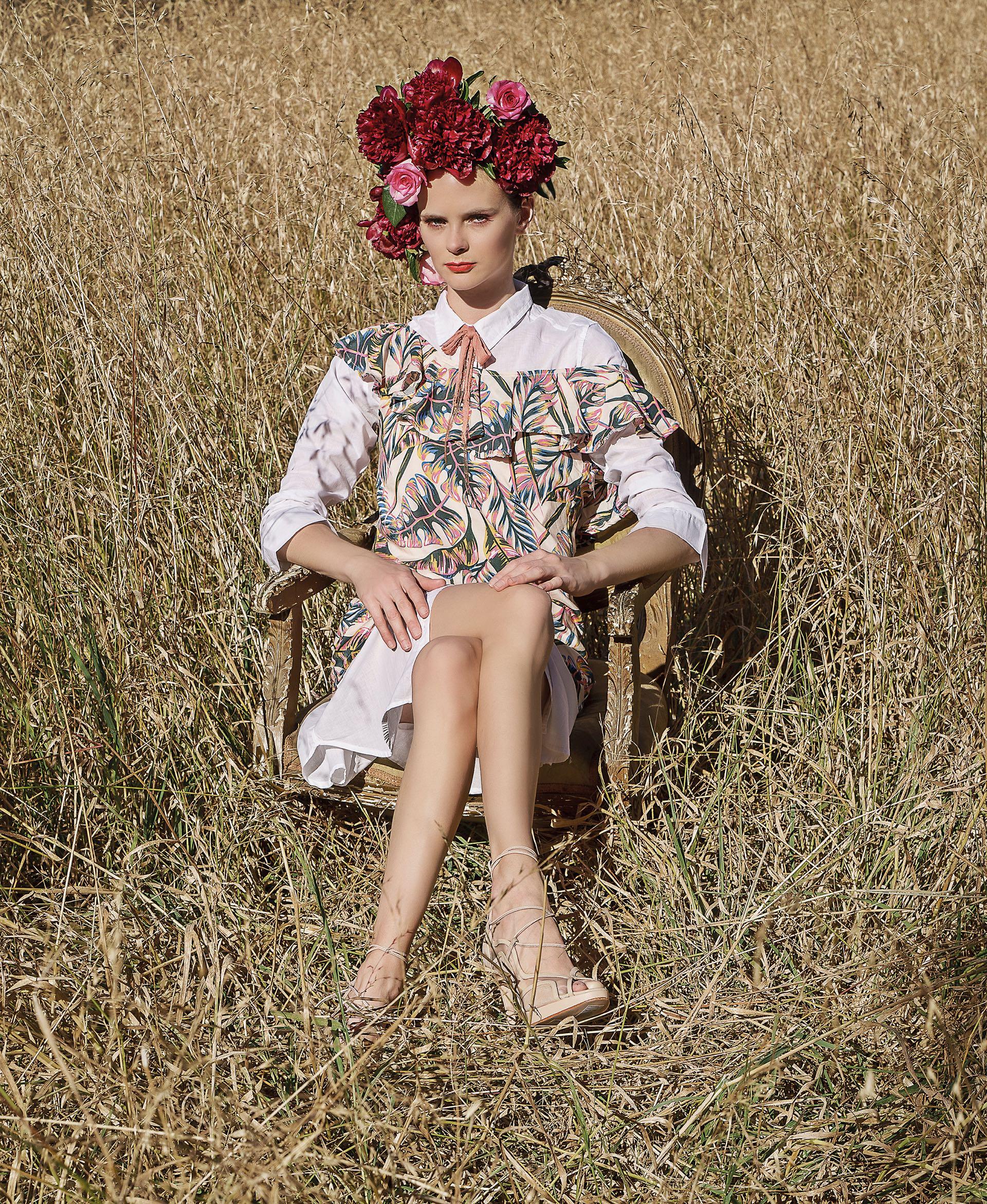 Camisa larga ($ 590, By Deep), vestido estampado con volado (aprox. $ 450, Asthenia), moño de gasa con detalles de cadenas ($ 290, India Style) y sandalias de gamuza y cuero con tiras ($ 6.000, Saverio Di Ricci).Foto Juan Jauregui/ Para Ti