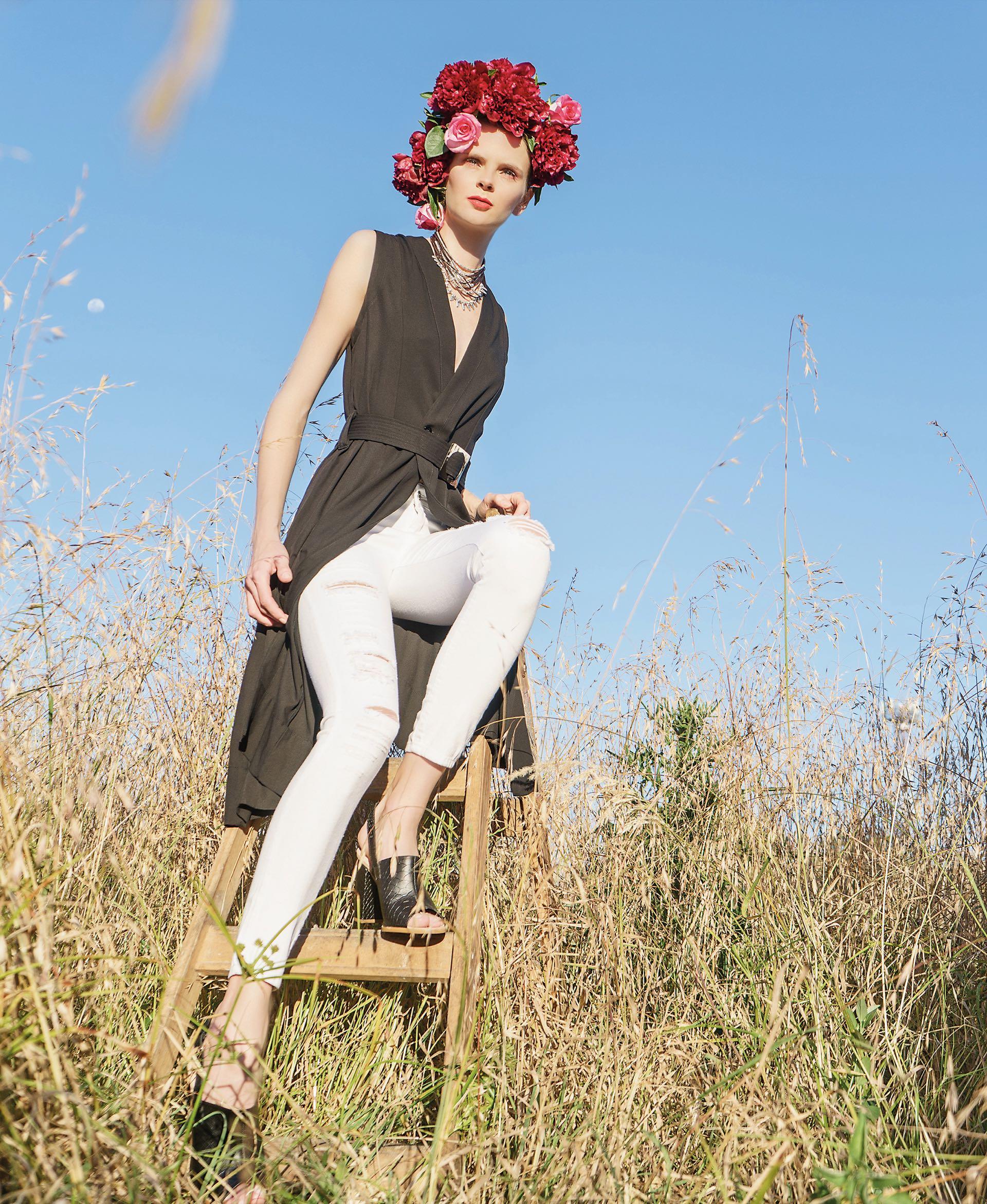 Vestido cruzado con cinturón ($ 4.470, Mishka), jean chupín con roturas ($ 880, Scombro), sandalias de cuero grabado ($ 2.170, BelSoulye) y collar de cordón de cuero con detalles en plata (Unode50).Foto Juan Jauregui/ Para Ti