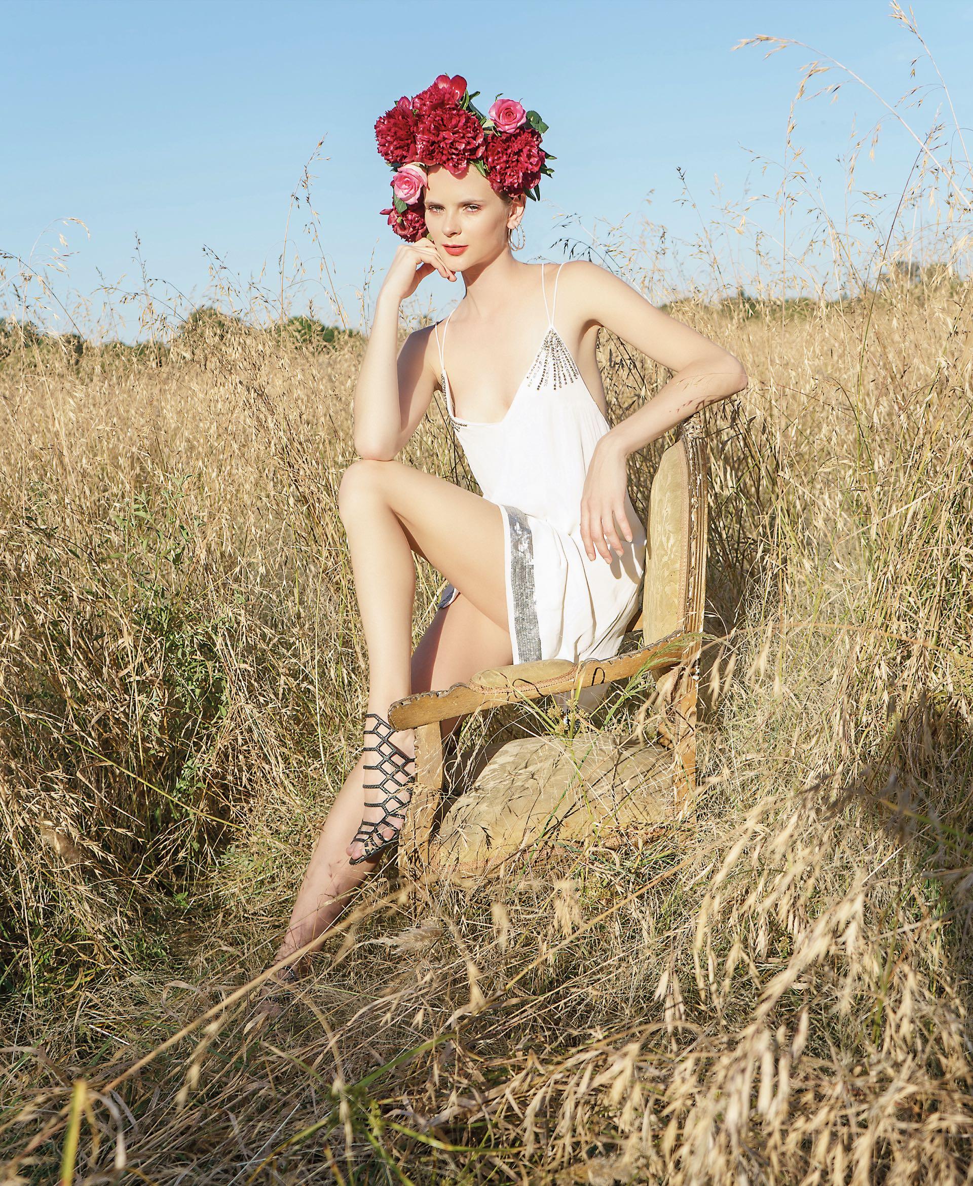 Vestido de gasa con detalles bordados ($ 5.250, Jazmín Chebar), aros de plata (Unode50) y sandalias de cuero grabado ecológico($ 920, Fragola).Foto Juan Jauregui/ Para Ti