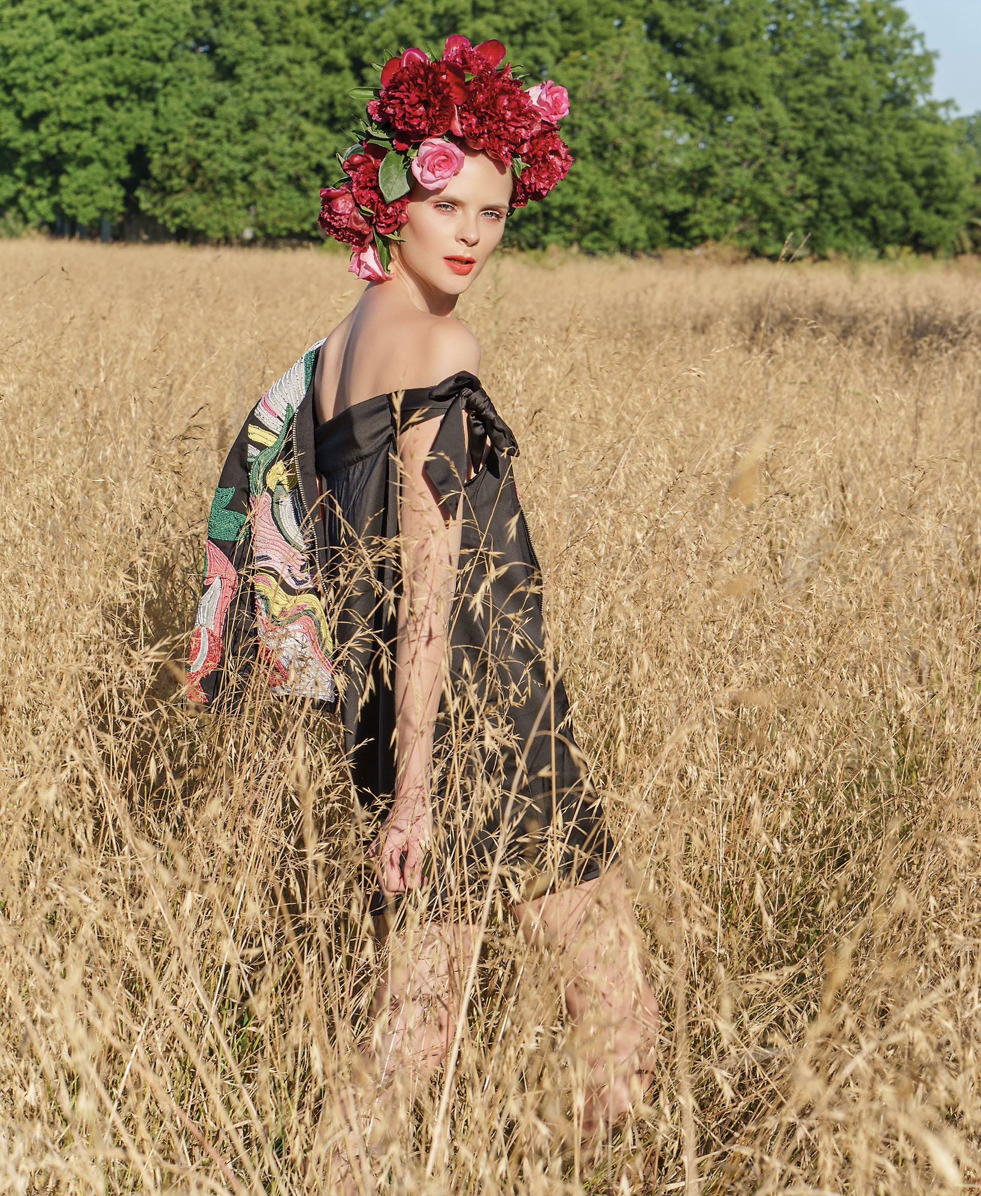 Chaqueta bordada ($ 6.650, Jazmín Chebar) y vestido de seda of the shoulder ($ 750, By Deep).Foto Juan Jauregui/ Para Ti