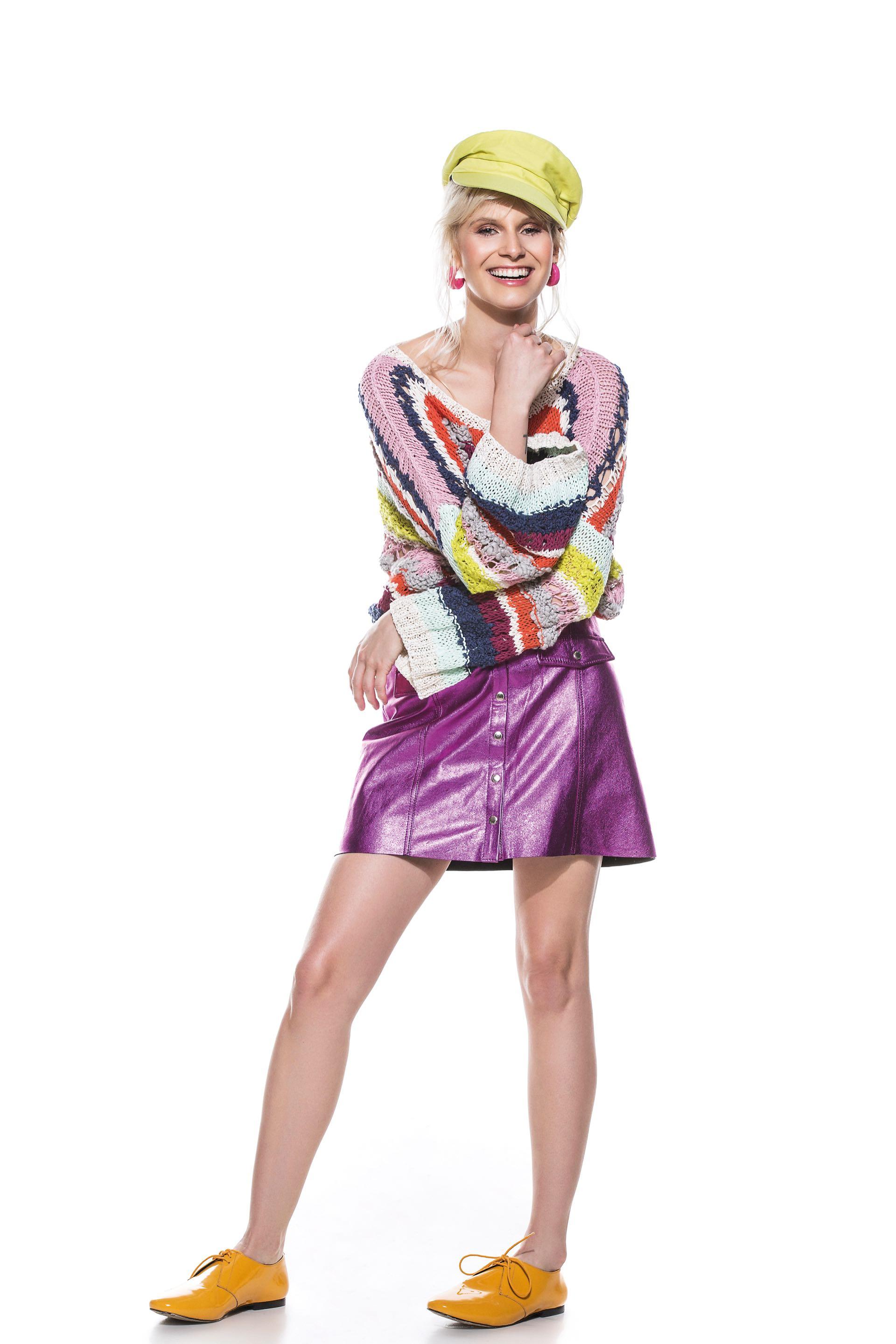 Suéter tejido ($ 3.560, Vero Alfie), mini de cuero metalizado ($ 5.990, Las Pepas), abotinados de cuero ($ 3.540, Mishka) y boina ($ 670, Made in Chola).
