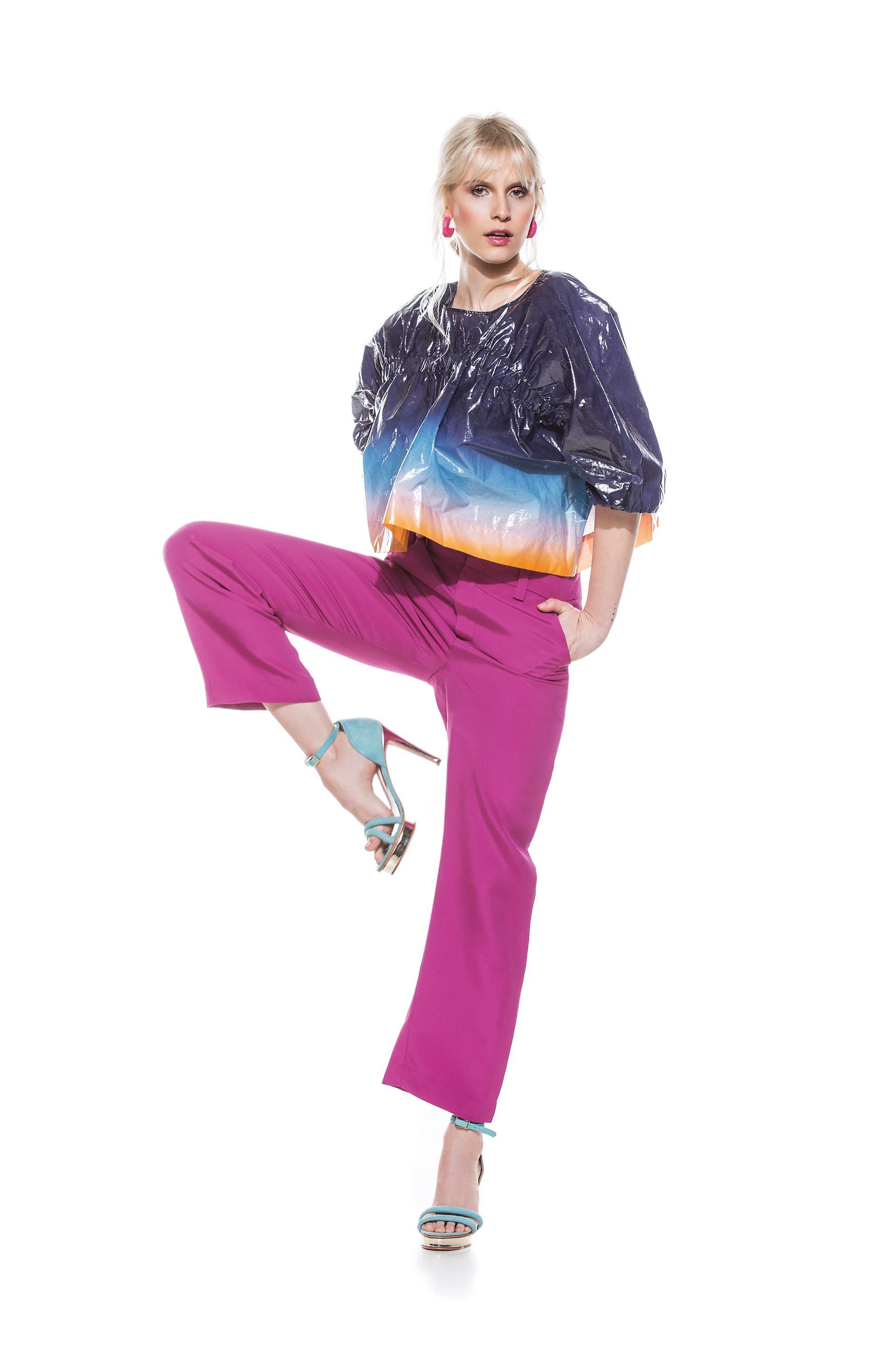 Top (JT), pantalón ancho($ 2.688, Ayres),sandalias de gamuza conpulsera ($ 6.150, Valdez) y aros (Cher).Foto: Chino Toccalino/ Para Ti