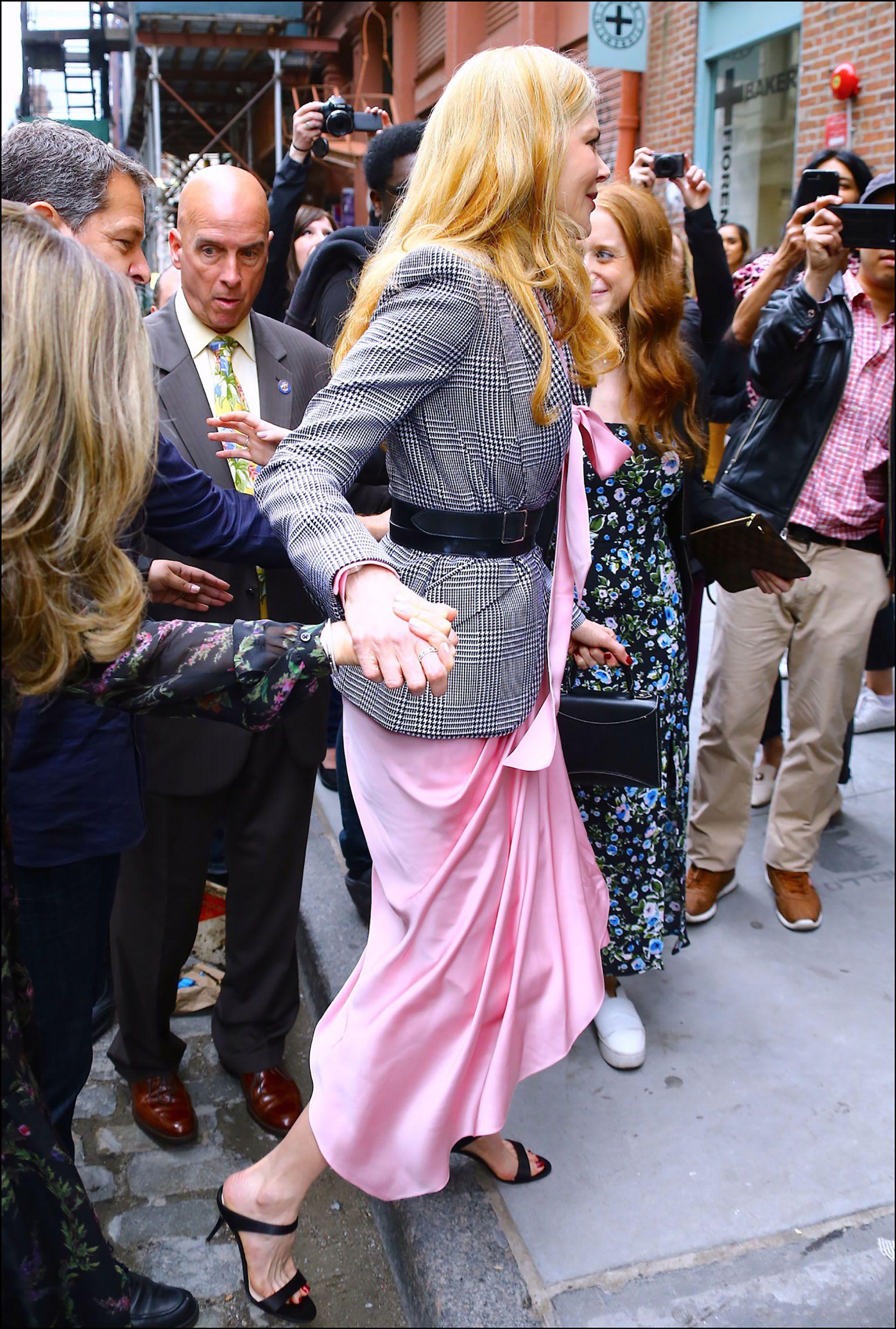 Llegó vestida con un look muy trendy y elegante.