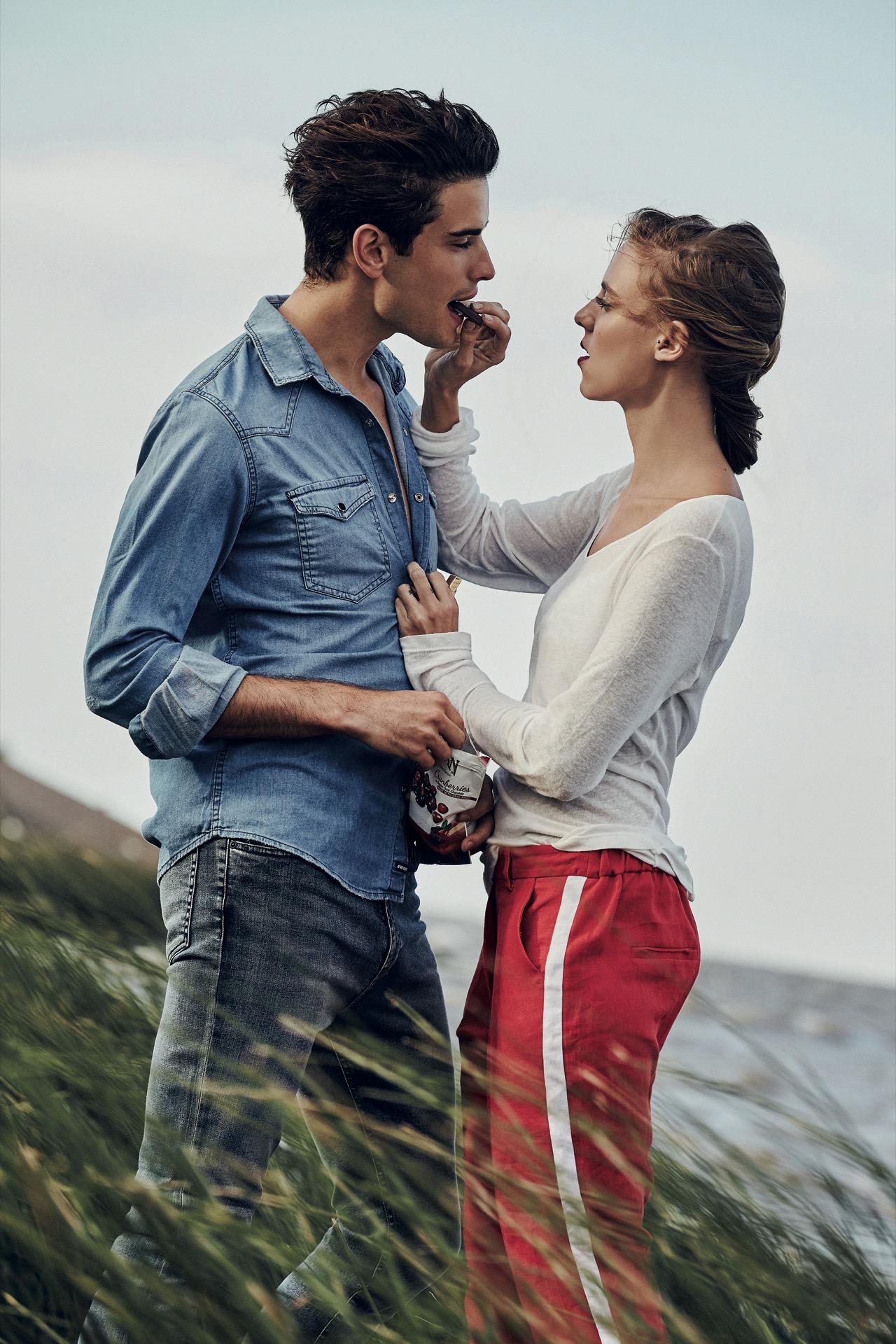 Fede: camisa de jean ($ 1.982, AY Not Dead) y jean ($ 990, Herencia Argentina). Lara: remera de mangas largas y pantalón con raya al costado($ 740 y $ 1.770, Carmela Achaval). Fotos: Chino Toccalino/ Para Ti