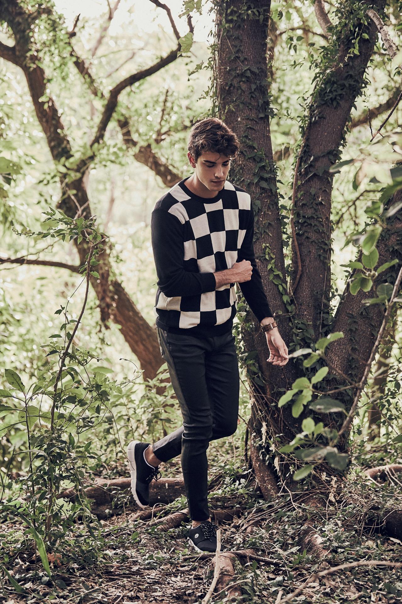 Fede: suéter damero ($ 1.870, Herencia Argentina), jean engomado ($ 2.542, AY Not Dead) y zapatillas ($ 1.046, Kioshi).Fotos: Chino Toccalino/ Para Ti