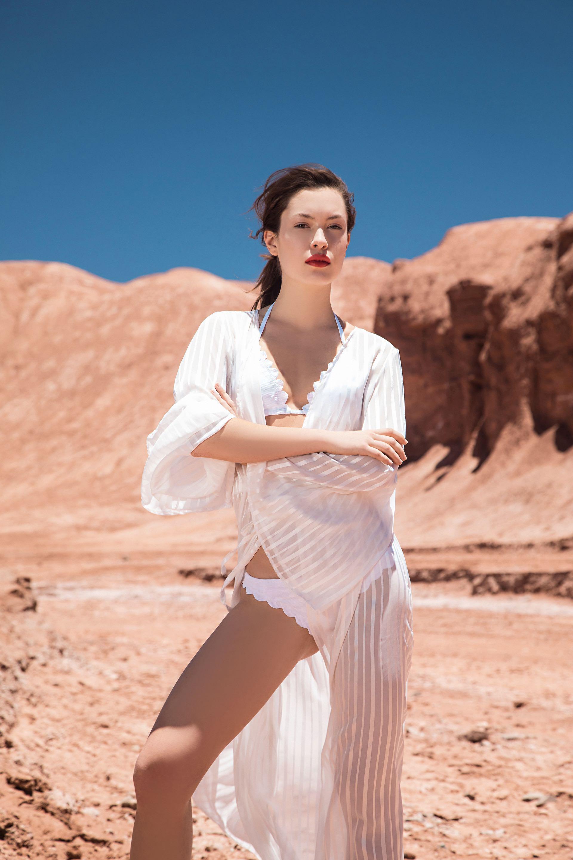 Robe ($ 1.490, Peuque by Rocío Guirao Díaz) y bikini con terminación de ondas($ 1.290, Wanama). Foto Fernando Venegas/ Para Ti
