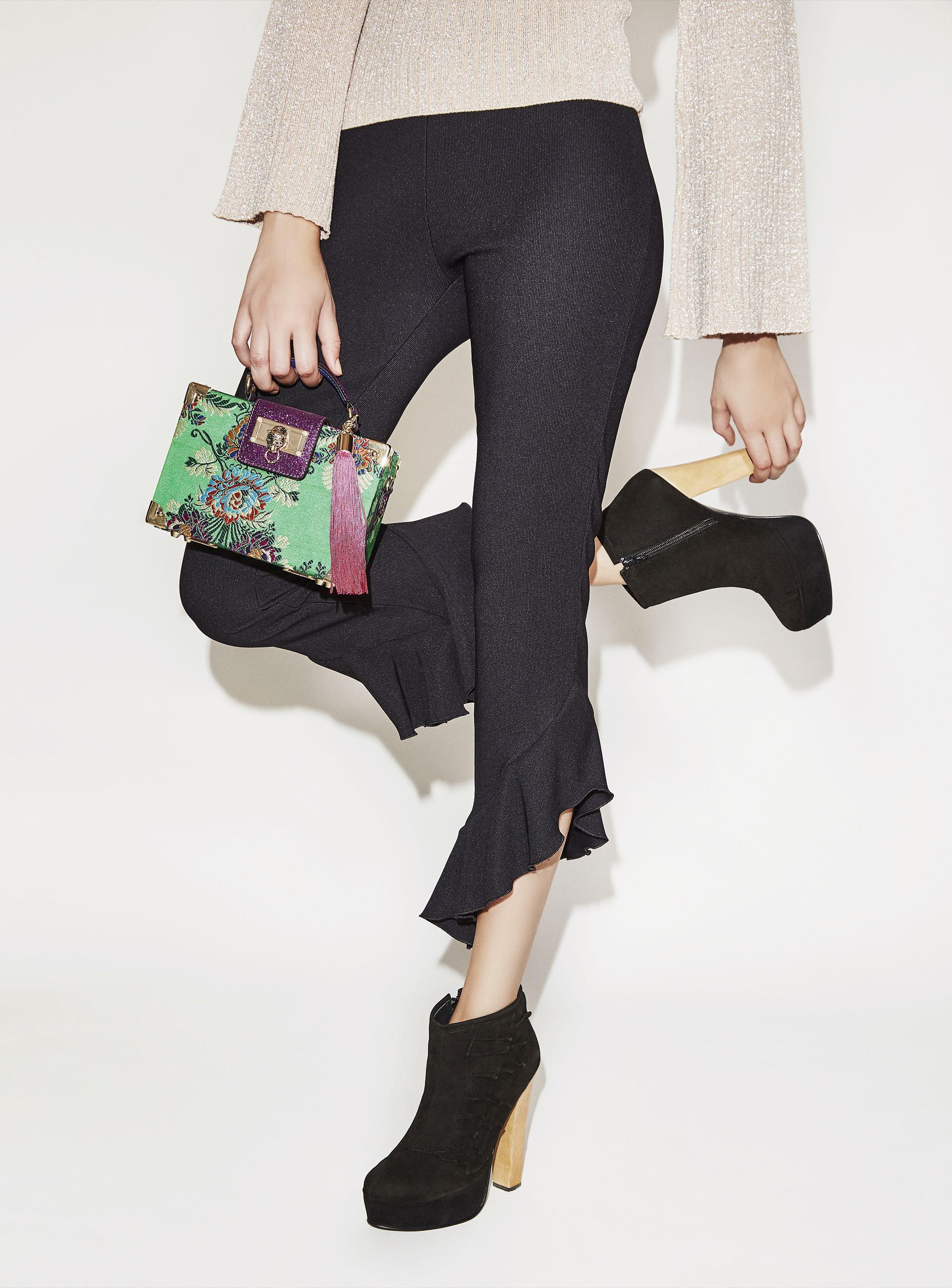 Alto vuelo. Botineta de gamuza con volados ($ 5.990, The Bag Belt), pantalón irregular con volados ($ 2.400, Vitamina) y suéter de lúrex ($ 1.699, Yagmour). Fotos: Chino Toccalino/ Para Ti