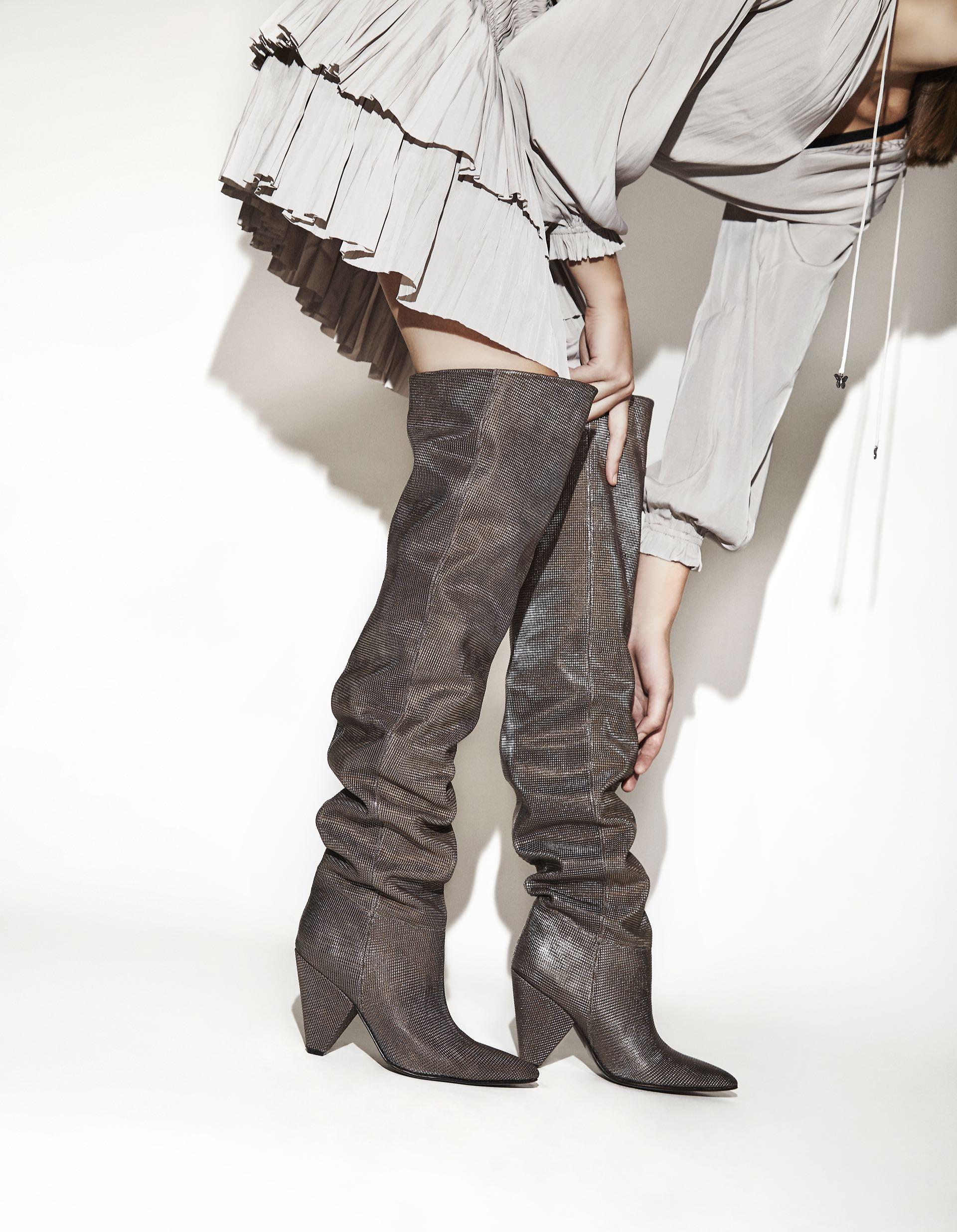 METAL NIGHT.Bucanera metalizada ($ 8.500, Saverio Di Ricci) y vestido plisado ($ 4.600, Rapsodia). Fotos: Chino Toccalino/ Para Ti
