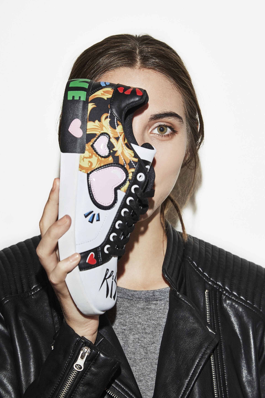Grafiti urbano. Zapatillas estampadas ($ 1.625, Citadina), campera símil cuero ($ 1.899, Yagmour) y remera de algodón.Fotos: Chino Toccalino/ Para Ti