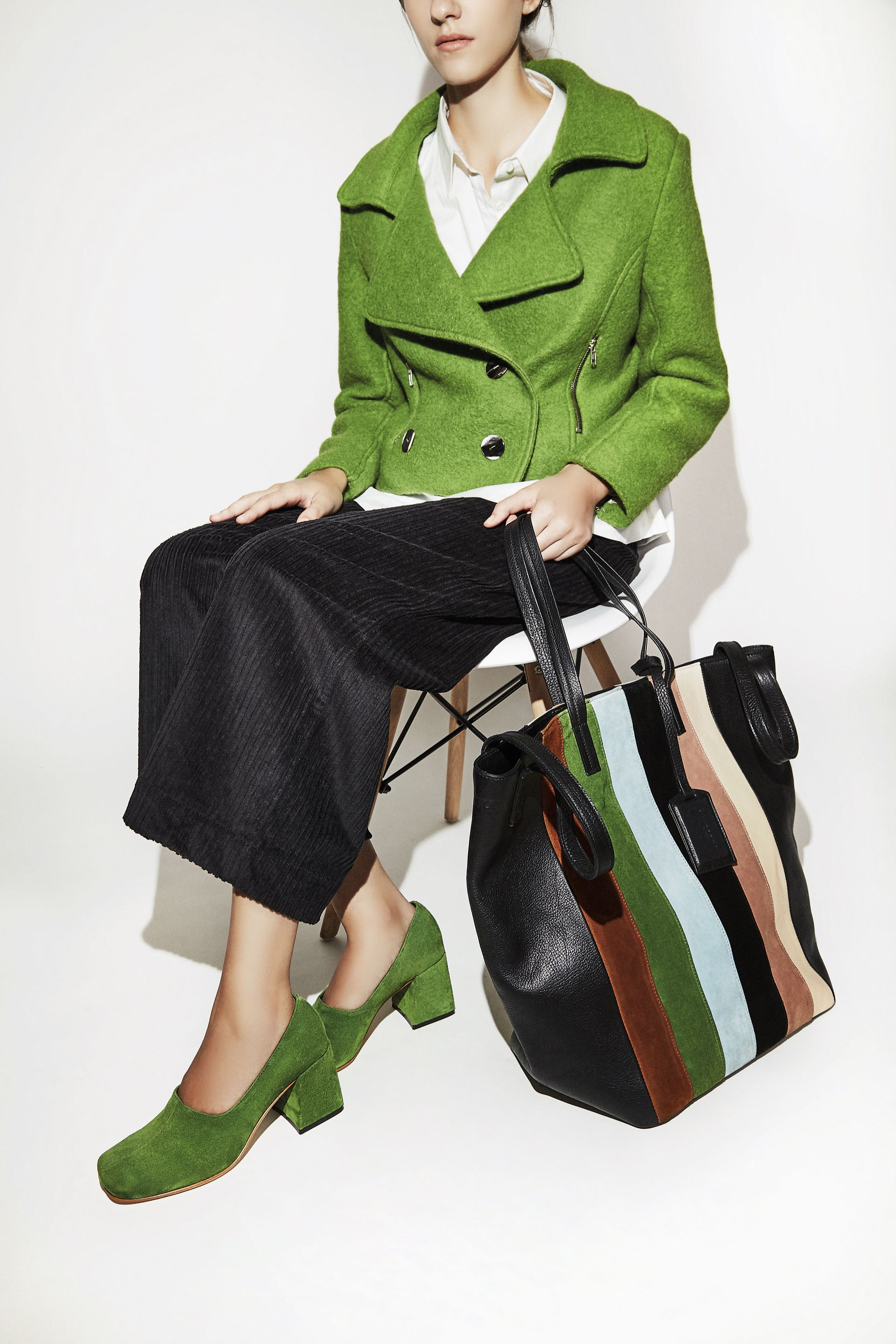 Onda retro. Zapatos de gamuza con taco cuadrado, pantalón de corderoy, camisa, chaqueta de paño y bolso de cuero rayado ($ 8.680, $ 2.980, $ 2.640, $ 4.820 y $ 6.540, Mishka). Fotos: Chino Toccalino/ Para Ti