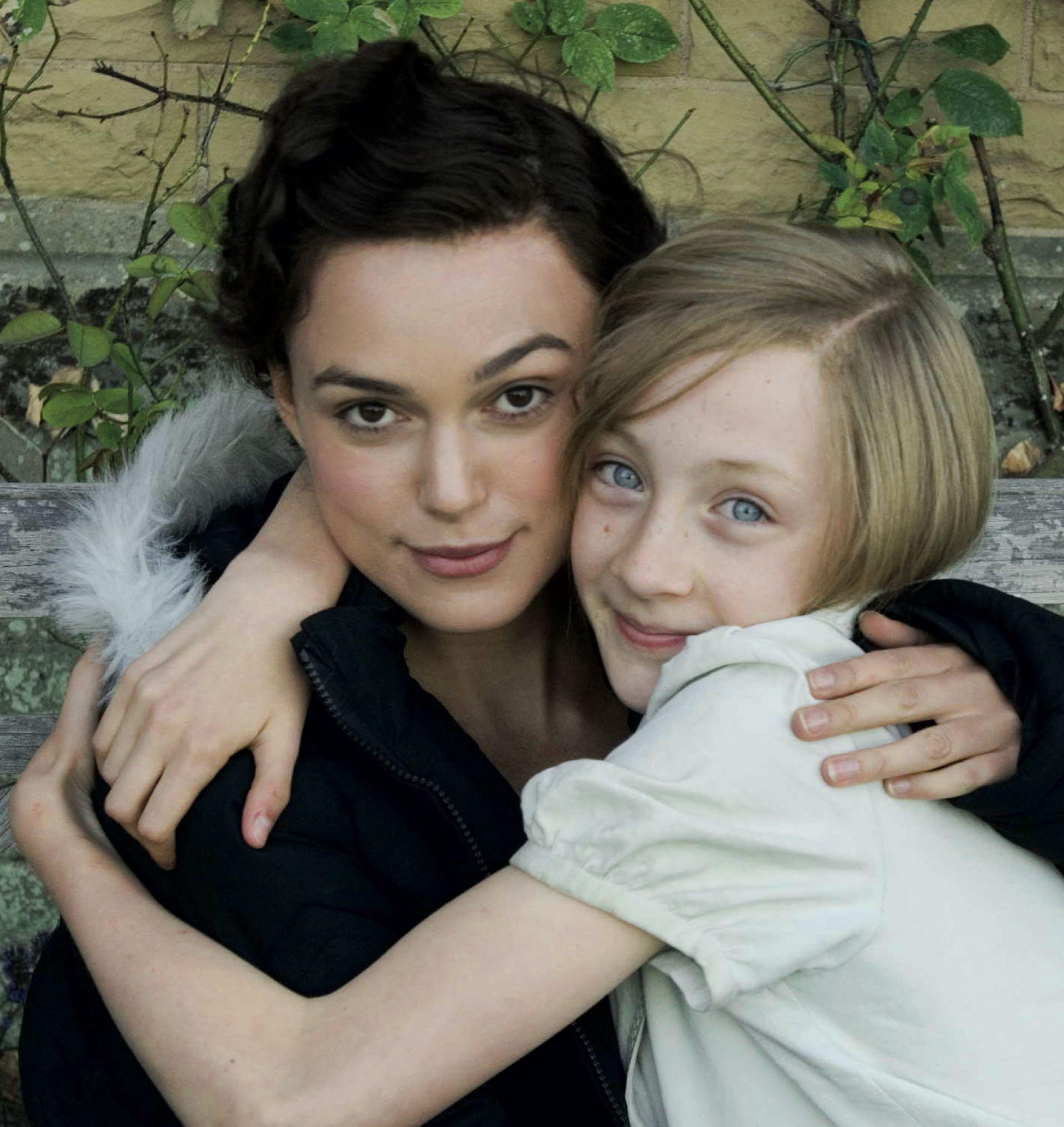 Saoirse Ronan junto a Keira Knightley en el film Expiación, deseo y pecado. Saoirse y su variada filmografía