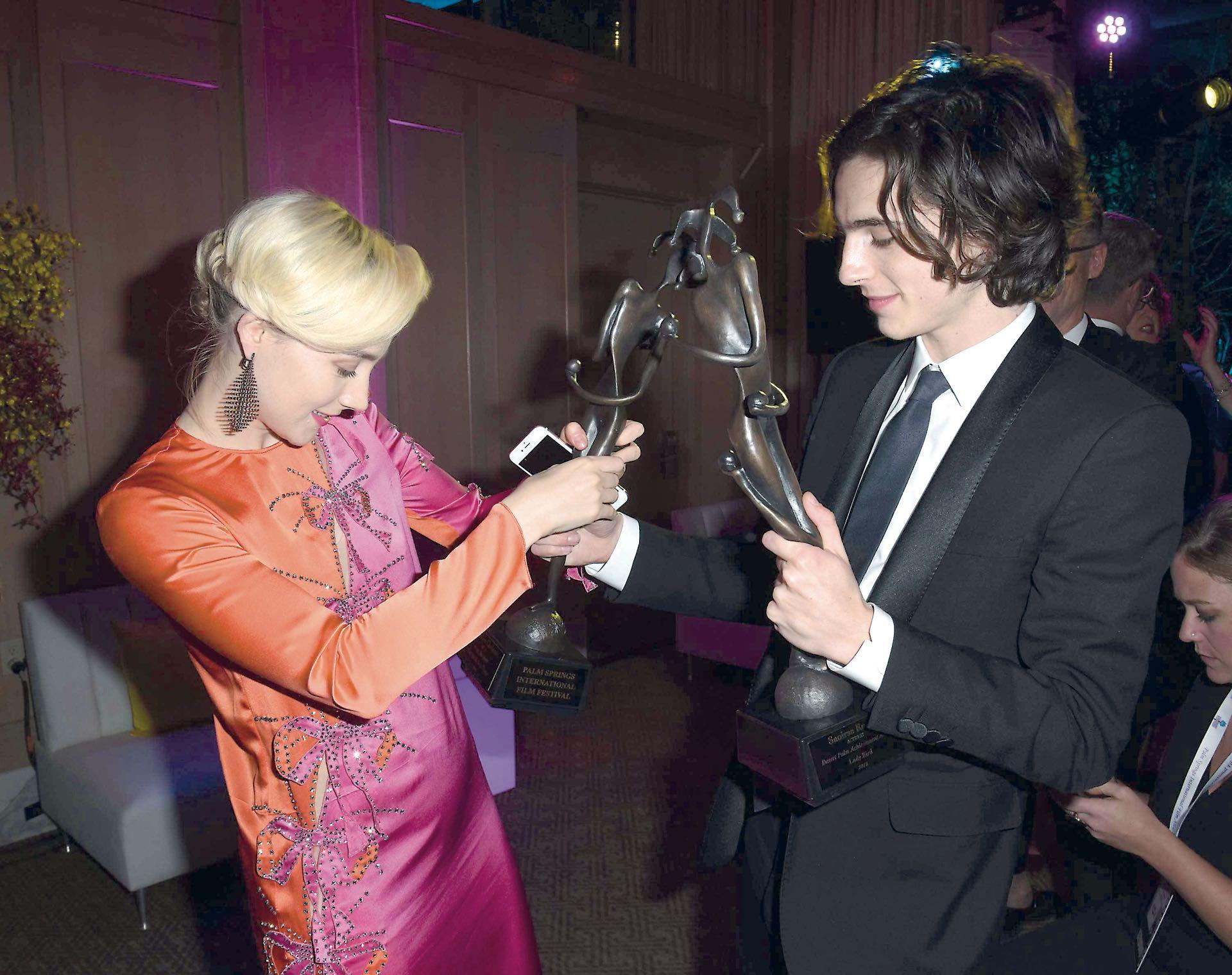 La dupla millennial de los premios. Saoirse y Timothée fueron galardonados durante el Palm Springs Film Festival Awards