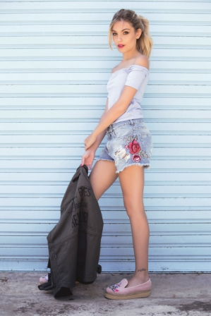Top (Muaa), shorts bordados /Ossira), parka (Te Lo Juro) y plataformas (Wild Like Me).
