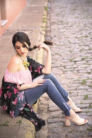 Blusa rayada (Combustion Love), kimono (Americanino), jean (Scombro), mules (Viamo), collar (Dolores Iguacel)