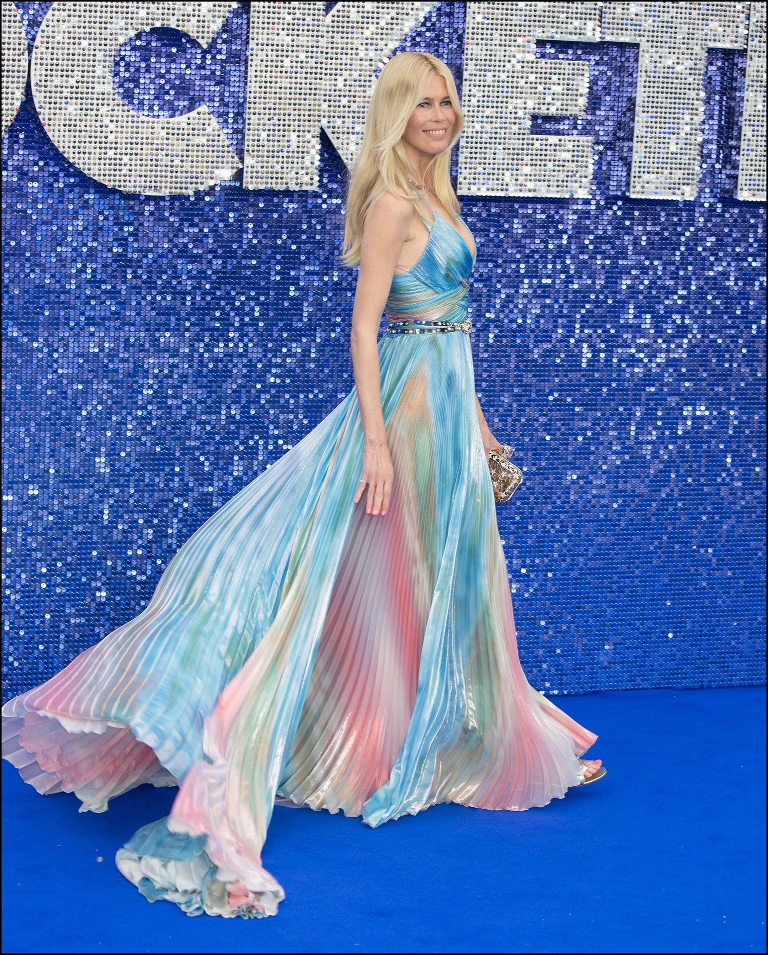 La modelo con el vestido unicornio.