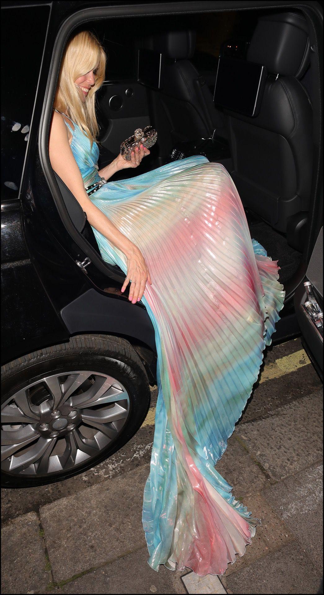 Bajando del auto como una lady.