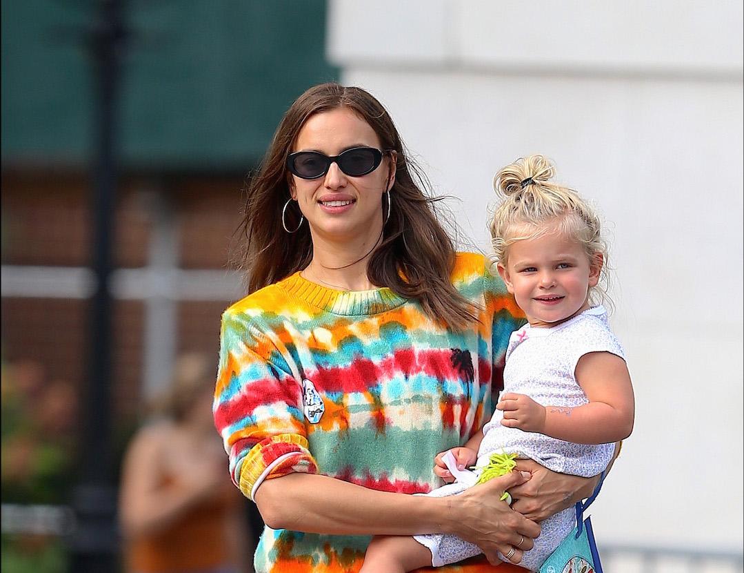 Irina Shayk y su look de recién separada junto a su hijita en NYC