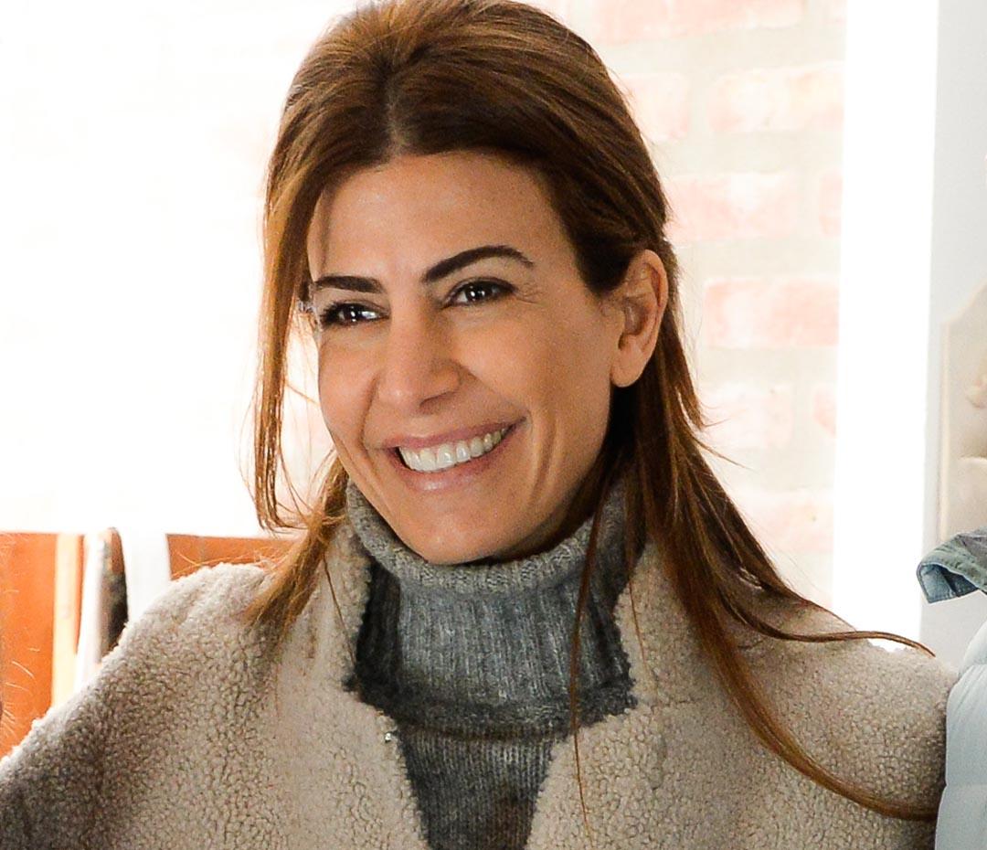 Cómo Juliana Awada reinventa la manera de usar el tapado