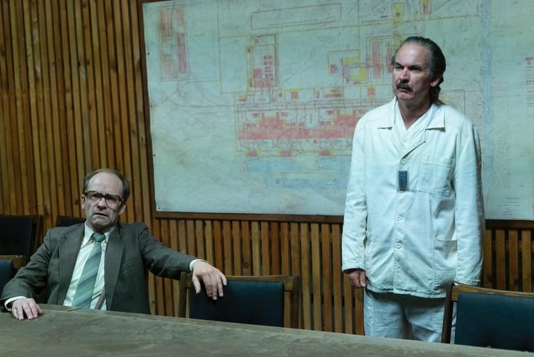 Nikolai Fomin y Anatoly Dyatlov, en la ficción, imputados por abuso de poder y por haber violado las reglas de seguridad del reactor nuclear.
