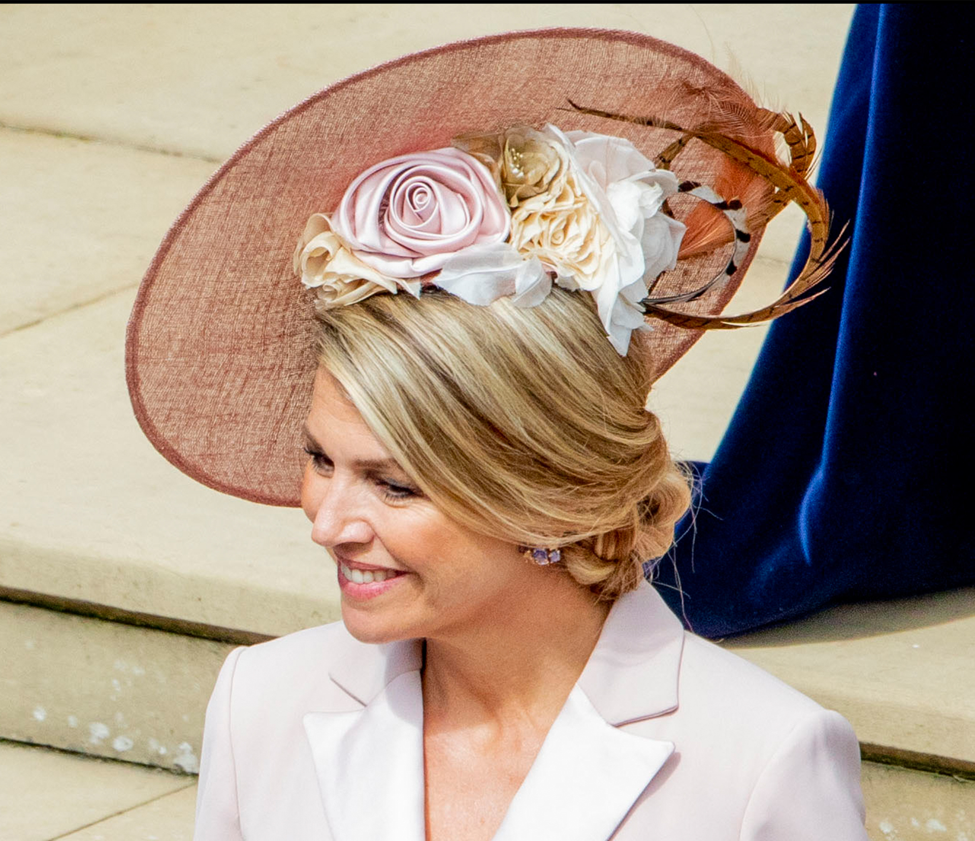 """""""Lo cubrió con un saucer hat o sombrero plato con una adorno de flores en tonos pasteles a un costado"""", nos explica Noetinger."""