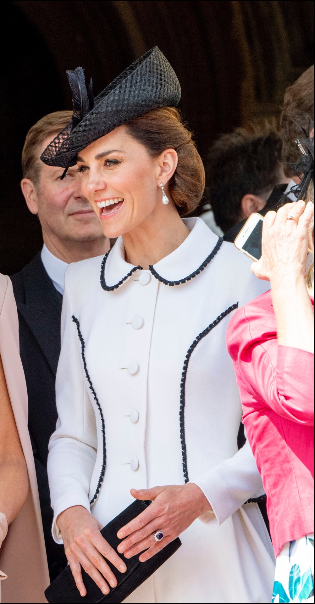Kate Middleton llevó un recogido realizado con una media cola que en lugar de dejar el pelo suelto formaron un abultado rodete hacia adentro.
