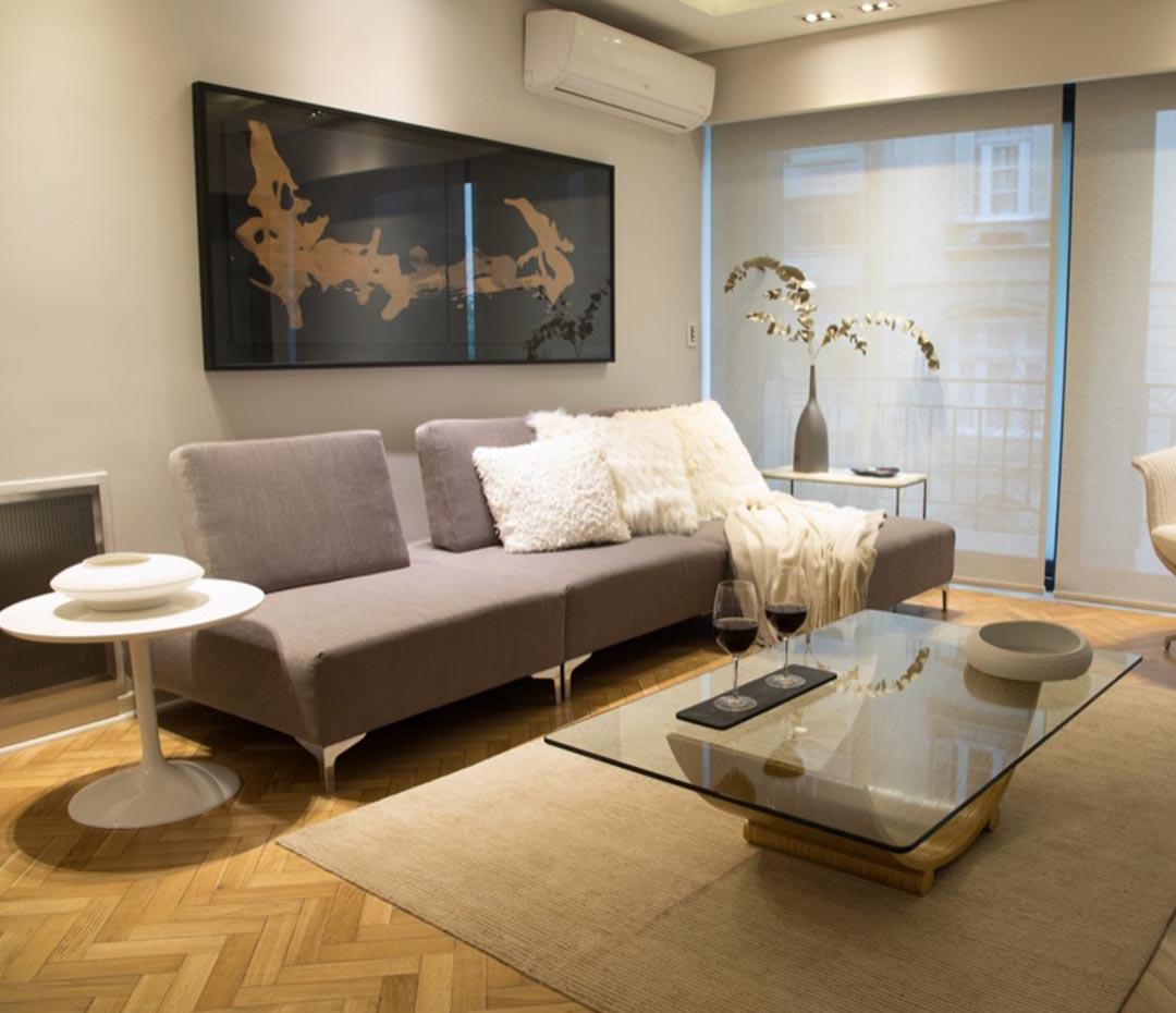 Tonos neutros y muebles de diseño para un depto contemporáneo