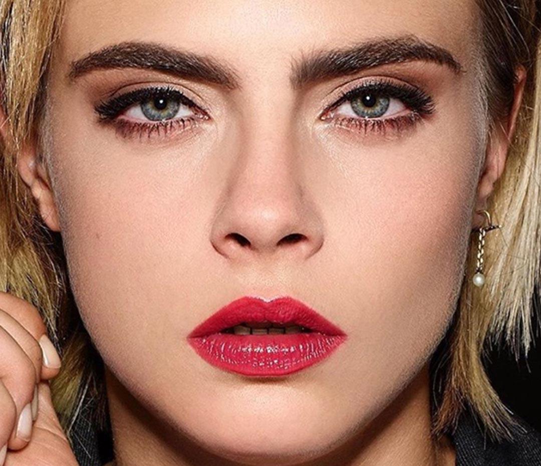 Cara Delevingne con el color labial de esta temporada (o cómo lograr un maquillaje efectista)