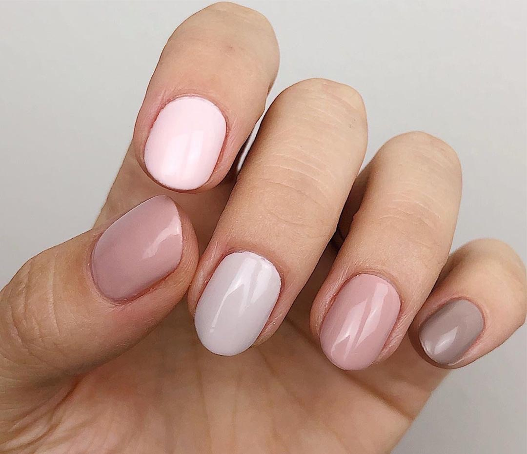 Las uñas se llevan una de cada color (ideas para combinarlas)