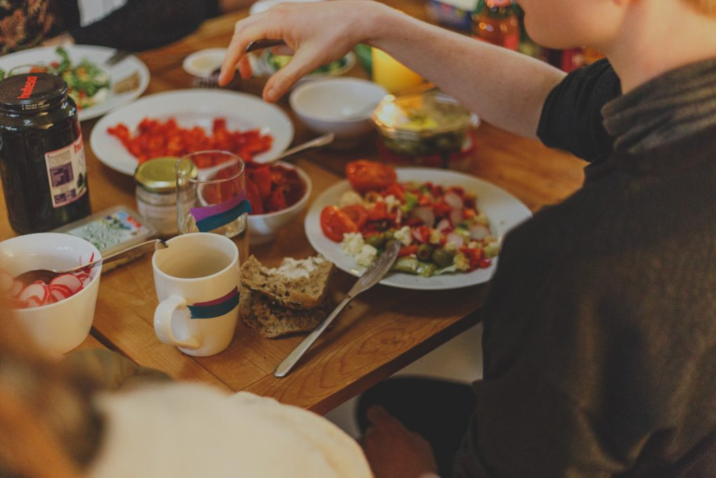 Mujer cenando foodie calls
