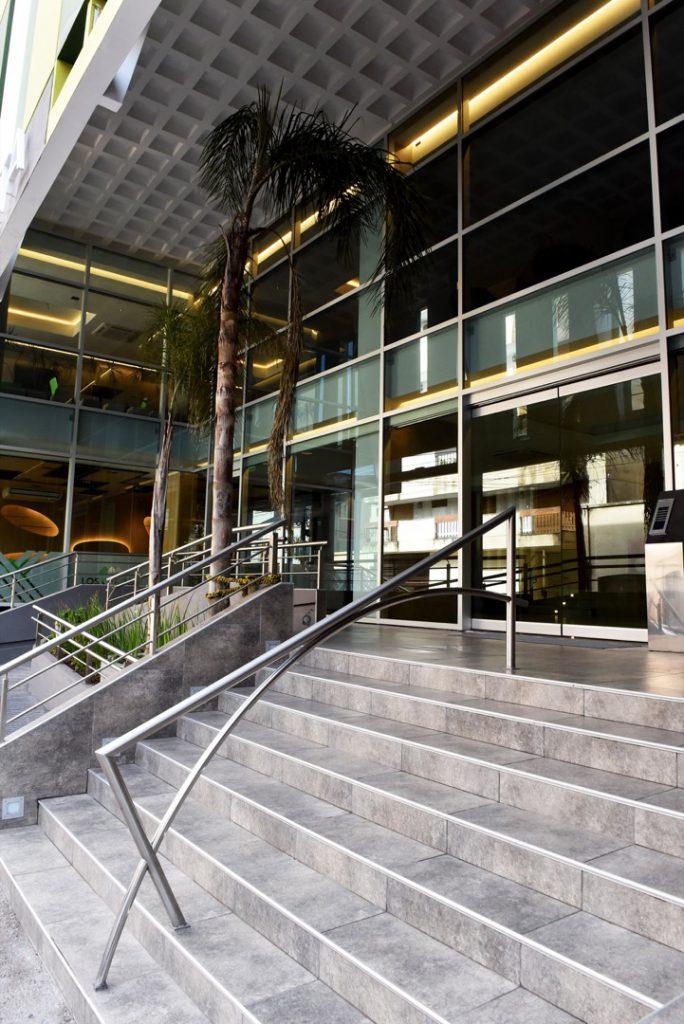 Entrada al Hotel Brizo Salta, diseñado en sintonía con el paisaje y con una terraza verde en la que abundan las especier autóctonas.