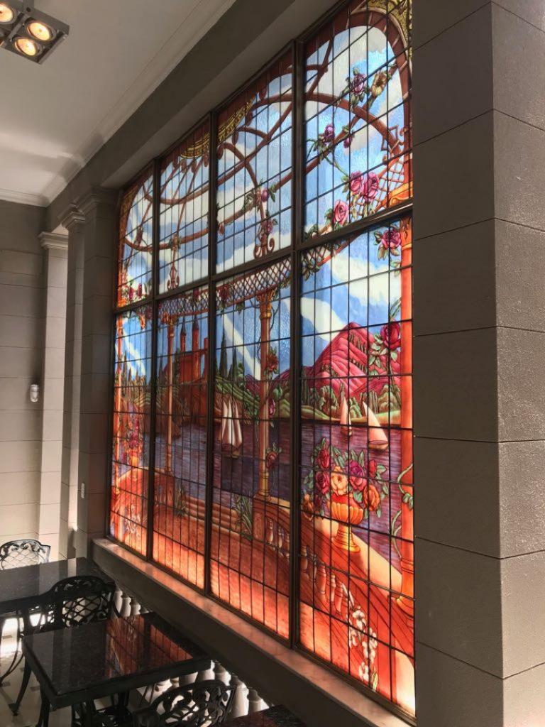 Los amantes del arte, se detienen en detalles como los ventanales del hotel.