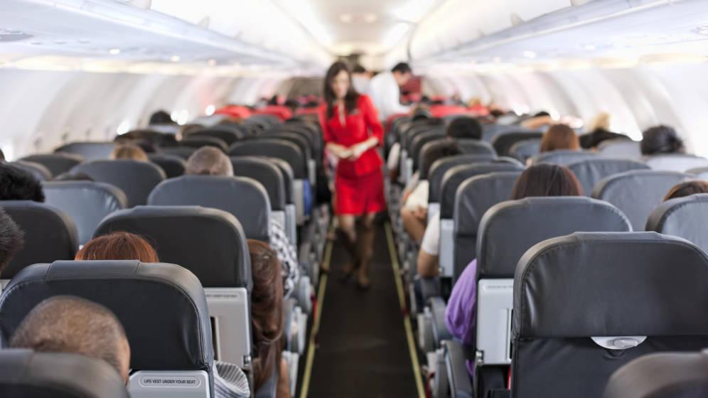 ¿Estás por viajar? Estas son las 8 cosas que no deberías hacer en un avión
