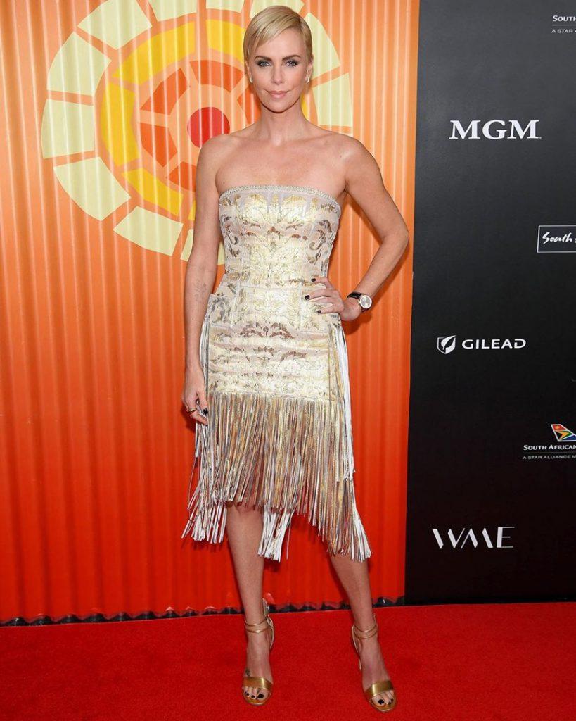 Charlize Theron en la red carpet con el espectacular vestido de Dior