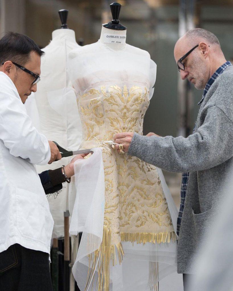 Así le pusieron la falda al vestido de Charlize Theron