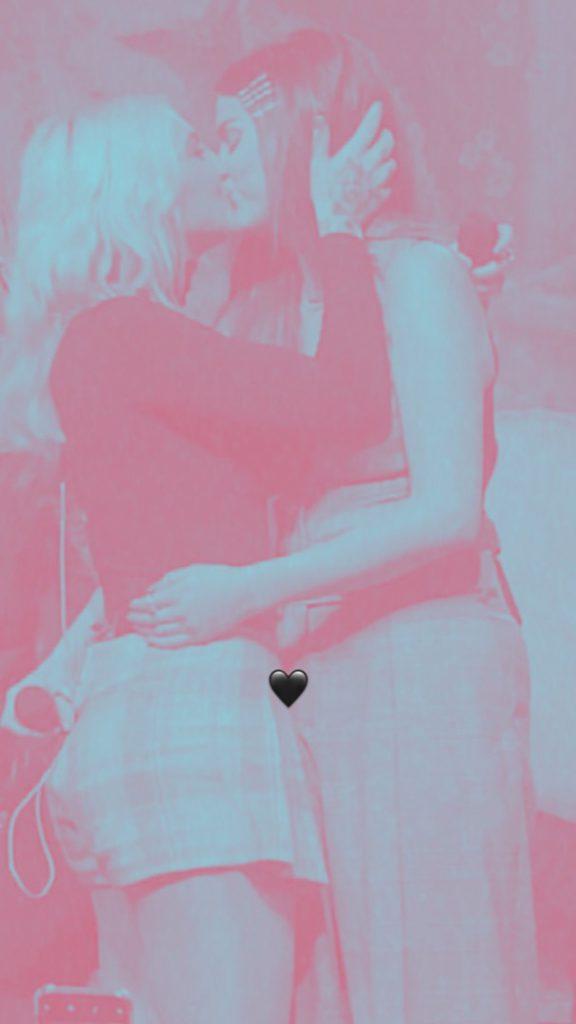 Selena Gomez y Julia Michaels se besan en concierto de Michaels