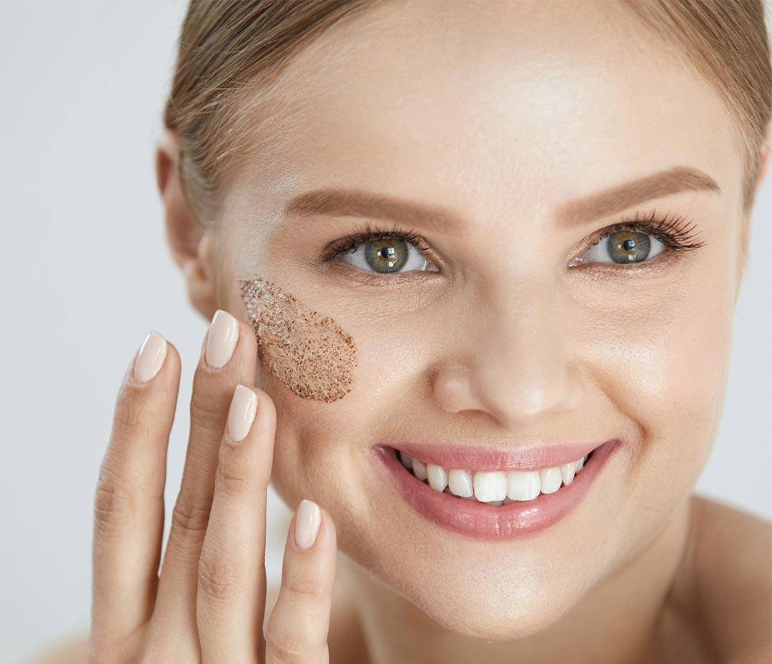 Mito o realidad: ¿Podemos exfoliarnos la piel en verano?