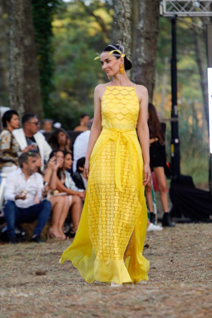Femenina y singular, la moda según Vevú en el bosque de Cariló.