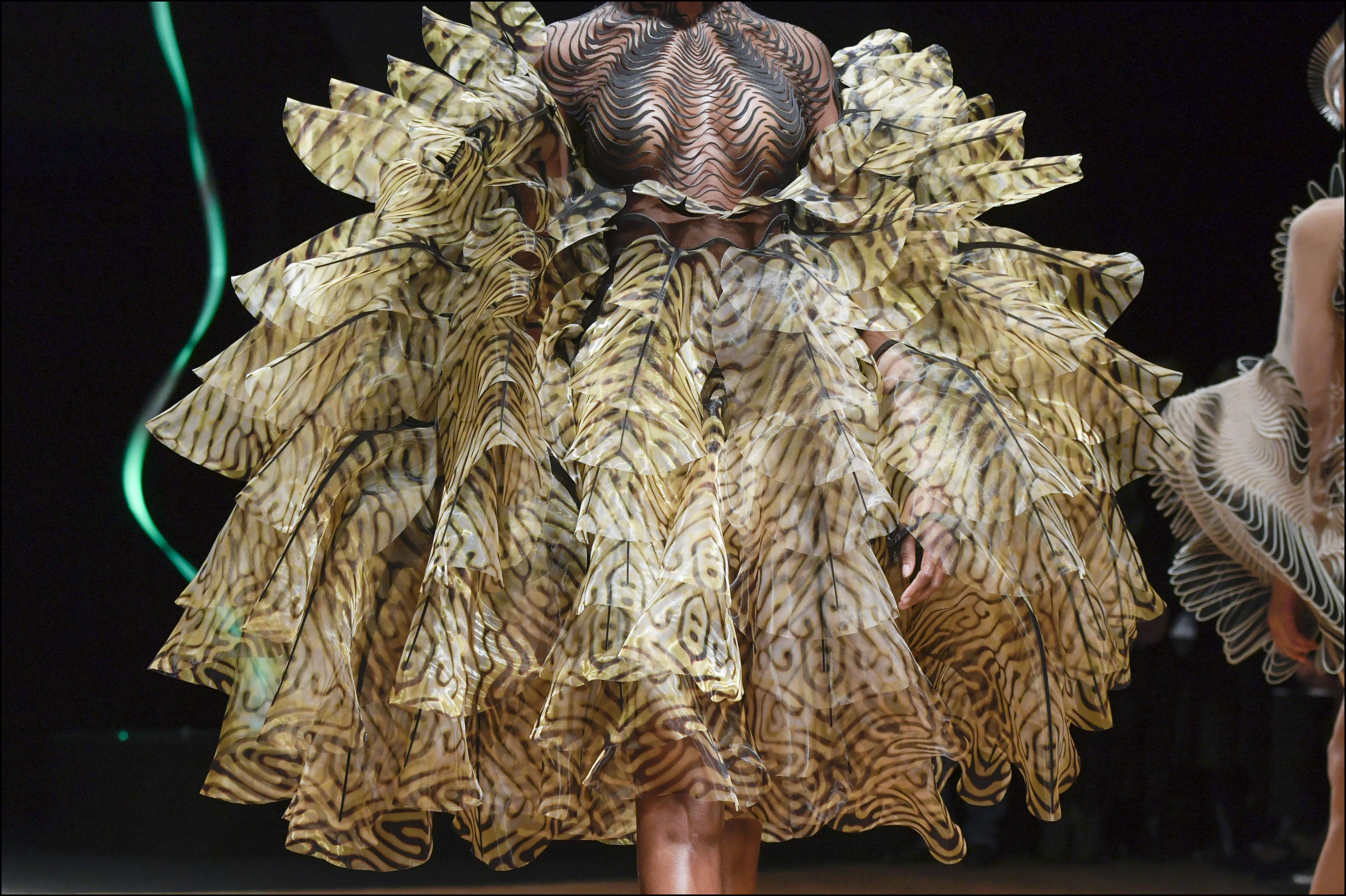 Iris van Harpen combinó  moda y arte en la pasarela parisina
