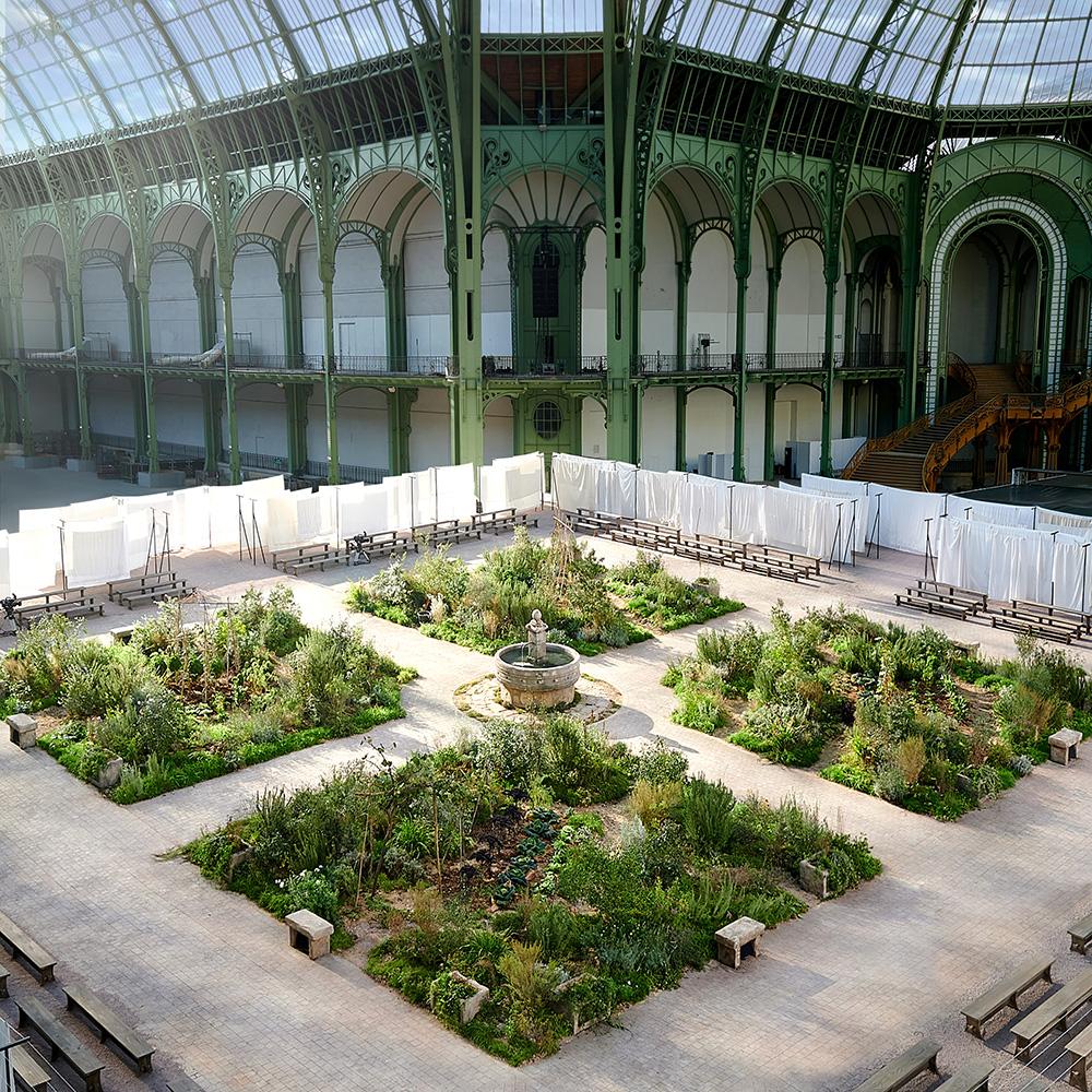 La Abadía de Aubazine recreada en el Grand Palais para el desfile Alta Costrua primavera-verano 2020 de Chanel. Foto: gentileza Chanel.