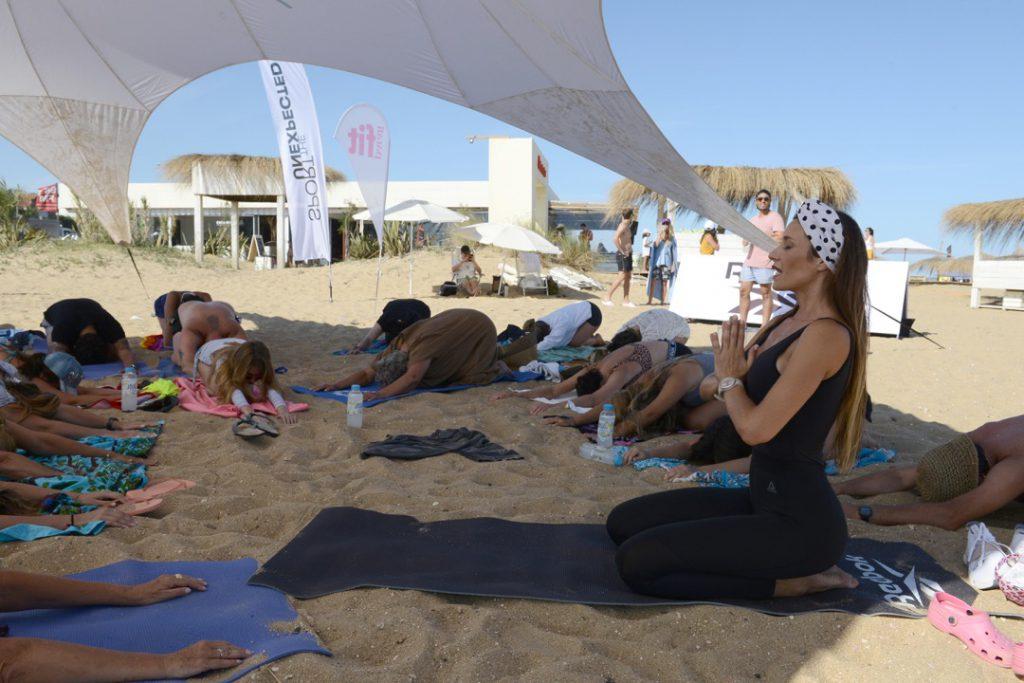 La clase de yoga de Cecilia Amaro organizada por Para Ti Fit, en Parador Montoya de Punta del Este.