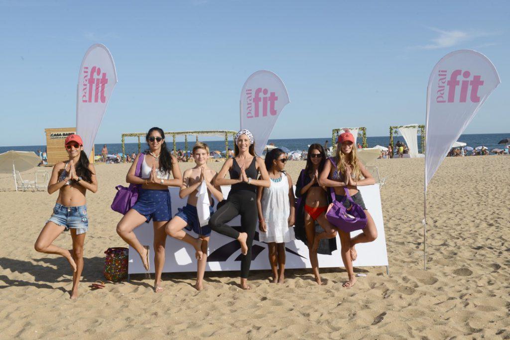La profesora Cecilia Amaro y Para Ti Fit llenaron la playa de ondas de yoga y bienestar. Foto: Julio Ruiz.
