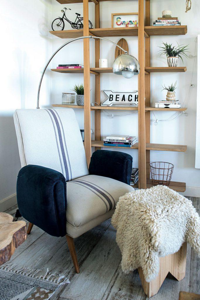 Un rincón de lectura con un sillón retro retapizado