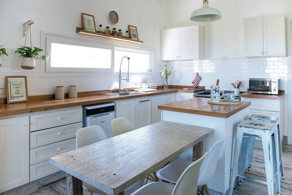La cocina en blanco y madera natural