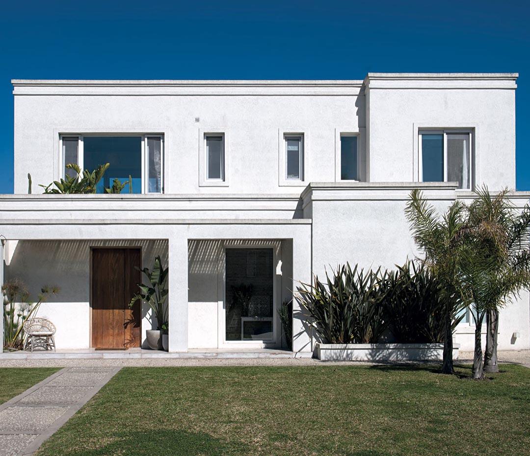Una casa vestida de blanco y madera