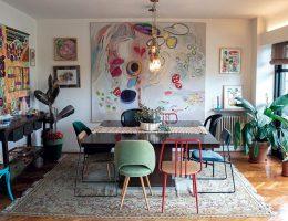 Comedor con cuadros, plantas, tapices y textiles.