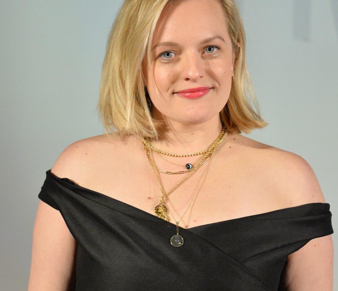 Elisabeth Moss elige el vestido negro perfecto para un evento