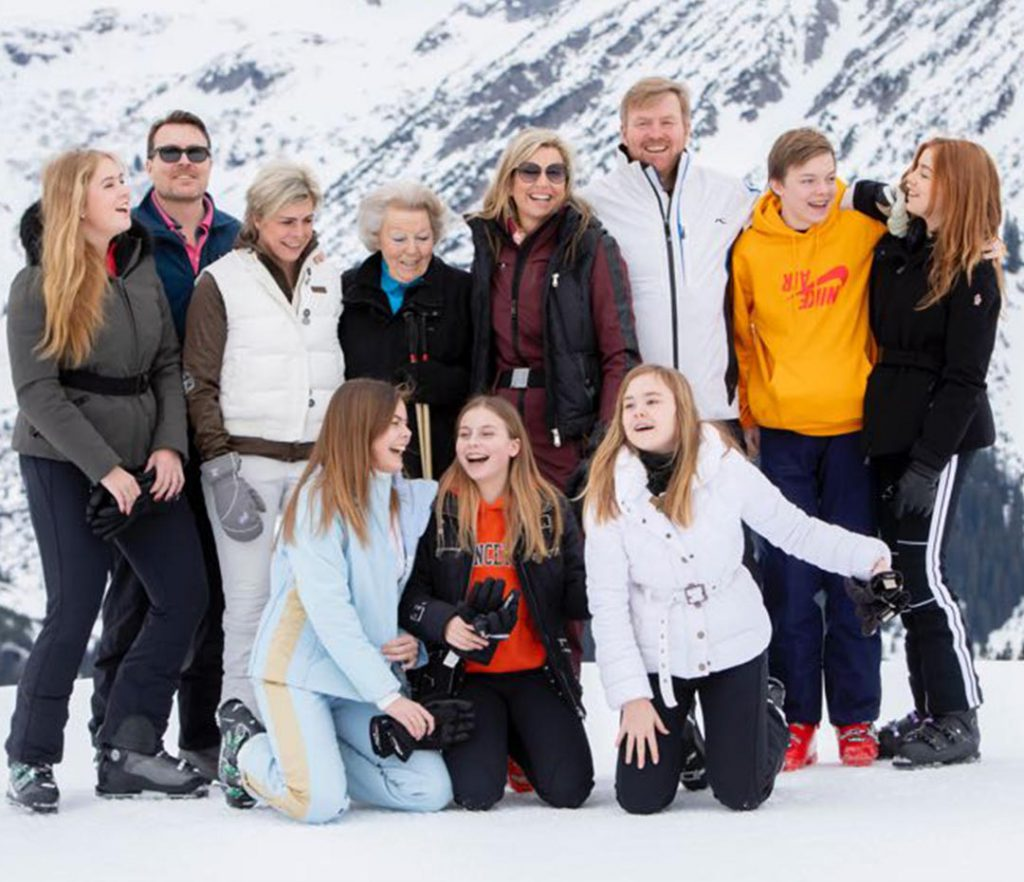 Reina Maxima en la nIeve Retrato oficial con sus hijas y familia