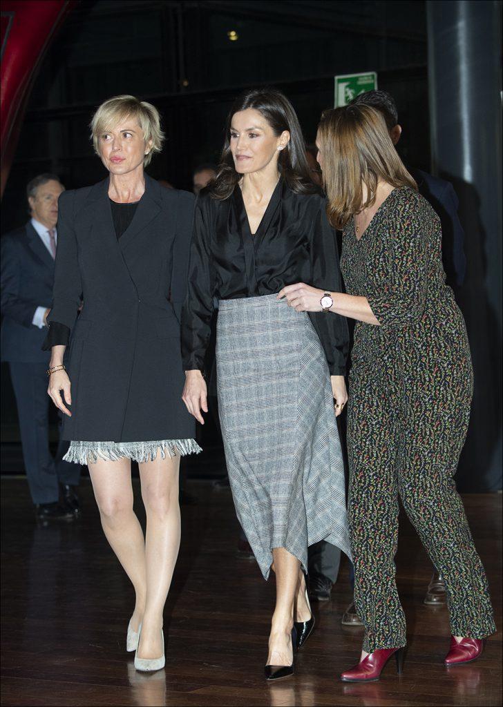 Letizia  con un básico de  Massimo Dutti: falda con con estampado príncipe de Gales y terminación asimétrica. Foto: Fotonoticias.