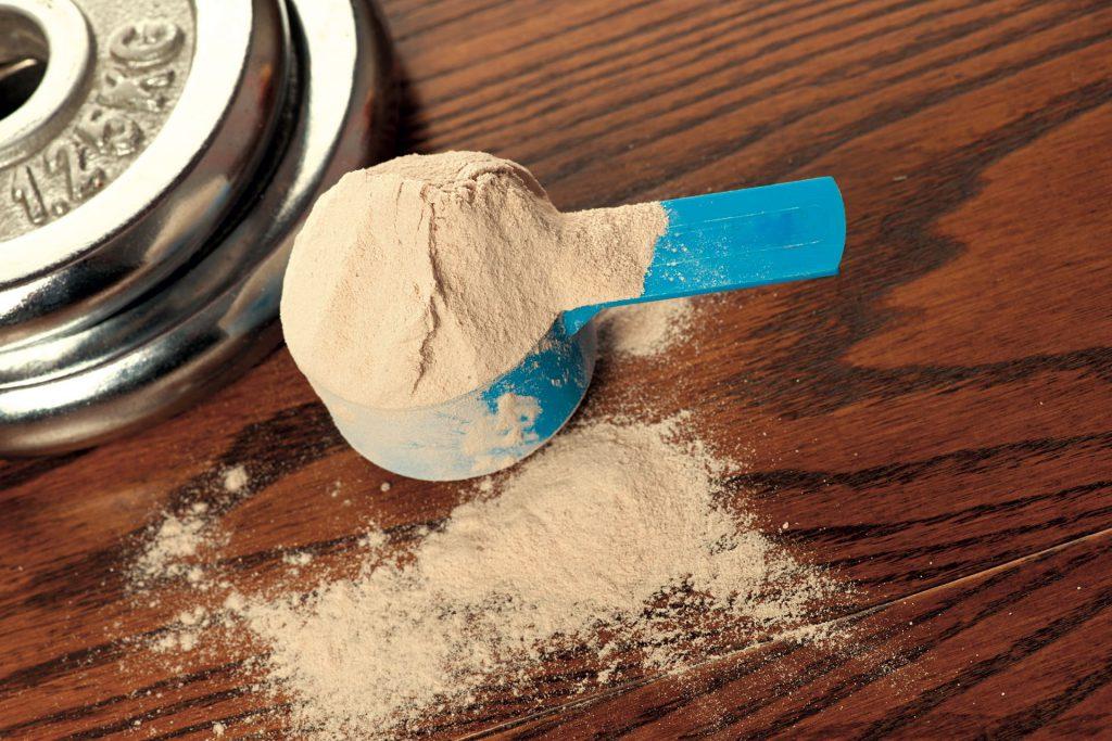 La proteína en polvo se pueden consumir con cualquier producto en el que se puedan disolver (leche, agua o jugo. Foto: 123rf.
