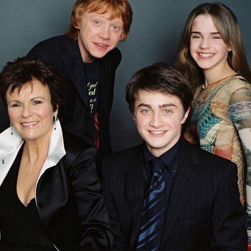 Julie Walters con el equipo teen de la saga Harry Potter.